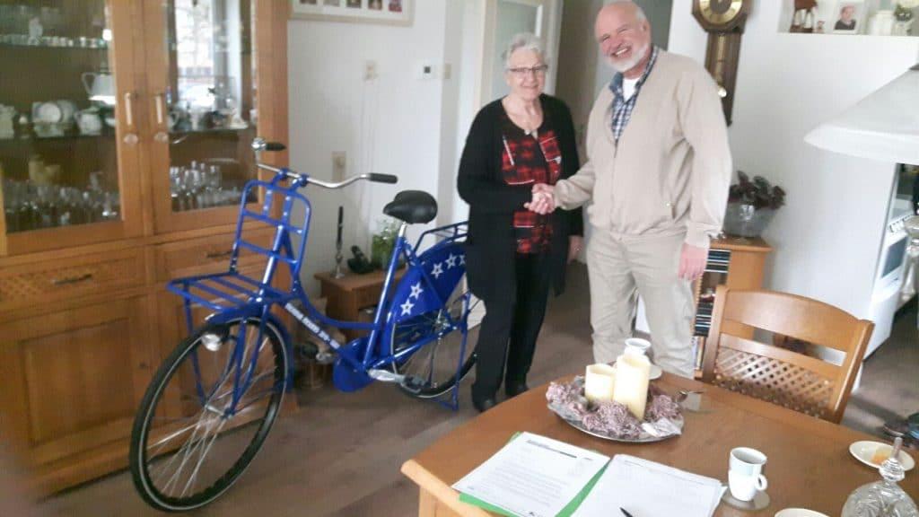 Jan van Santen overhandigt Mondial Movers fiets