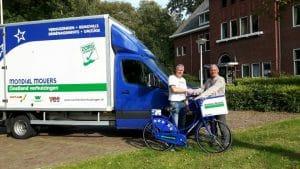 Lentis ontvangt Mondial fiets uit handen van Jan van Mondial Oostland Verhuizingen
