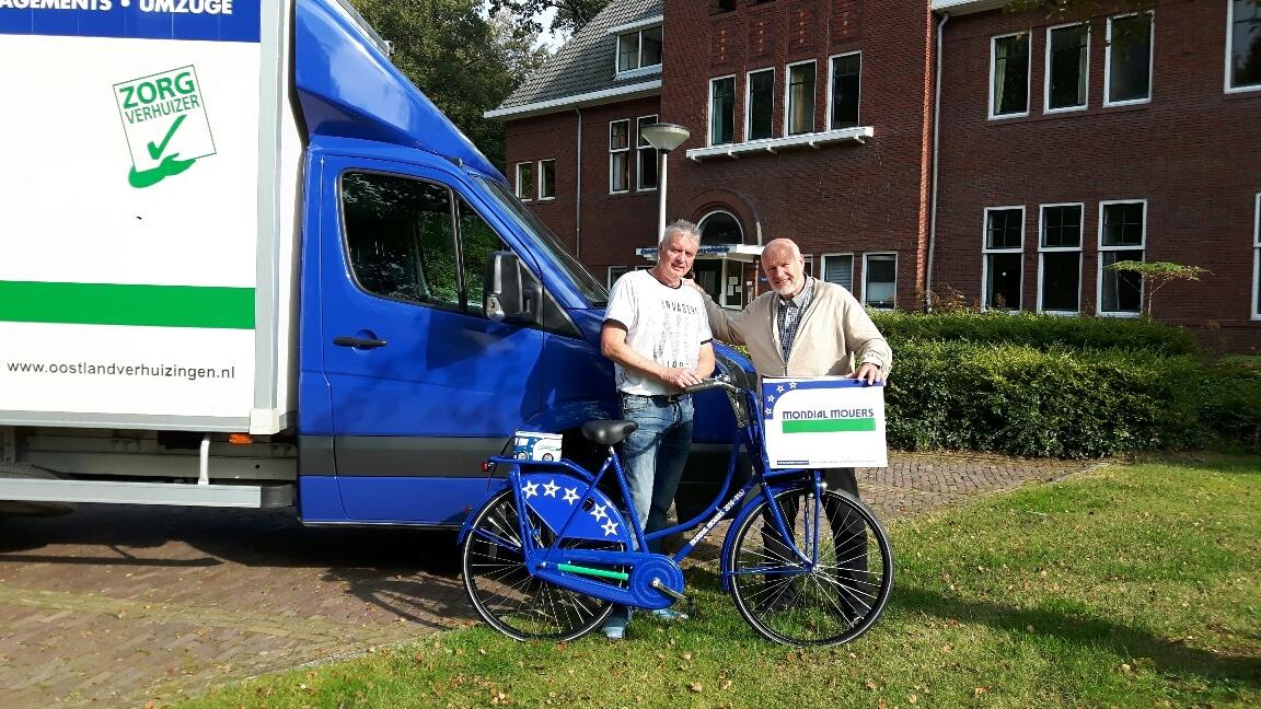 Lentis-ontvangt-Mondial-fiets-uit-handen-van-Jan-van-Santen-Directeur-Mondial-Oostland-Verhuizingen-1