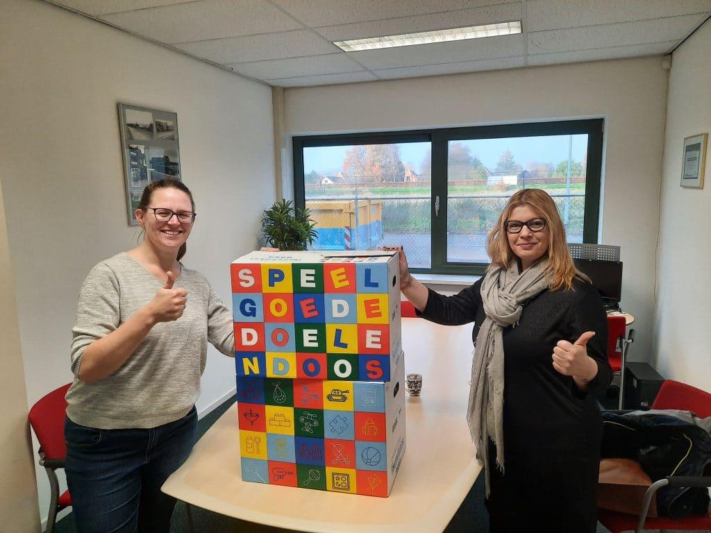 Overhandiging Speelgoededoelendoos aan Speelgoedbank Amalia door Mondial Oostland Verhuizingen